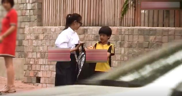 39岁董洁接儿子放学,衬衫黑裤穿着低调,10岁顶顶剪齐刘海好乖巧