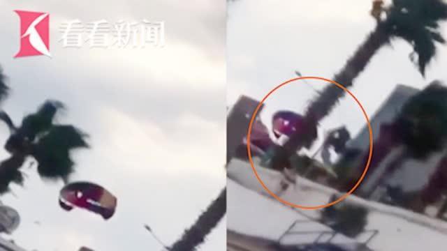 视频|60米高空滑翔伞缆绳断裂 游客母子被狂风吹撞树