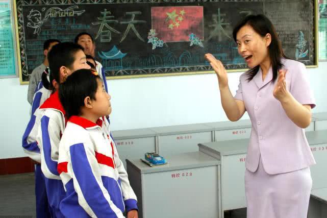 农村老教师:教龄35年,职称差一级,退休金就差近千元?