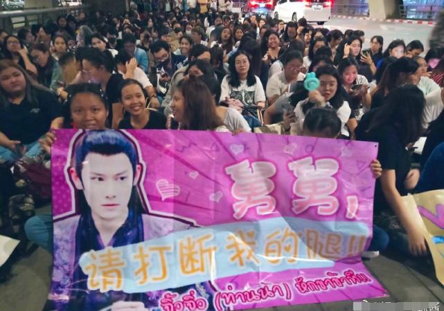 肖战王一博实红,一战成名应援海报遍布泰国各大商场和街道