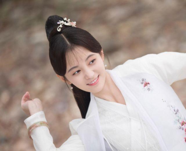 """为何鞠婧祎总留""""韩式刘海""""?当她将刘海撩起后,还以为我眼花了"""