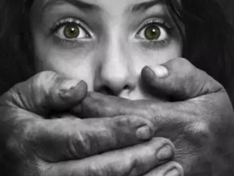 被拐女儿街头认出妈妈,其母却狠心拒相认!警察为何还拍手称赞