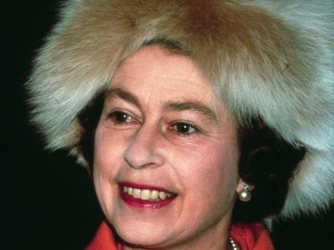 盘点超长待机的英国女王奶奶和她金库里最闪亮的11件胸针!
