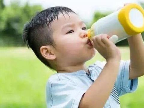 """5岁娃喝牛奶脾虚发育停滞,3种""""牛奶""""已被拉黑,家长还给娃喝"""