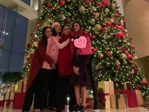 霍汶希容祖儿阿Sa阿娇同过节 圣诞树前合影甜送飞吻