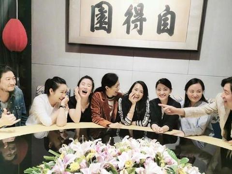 章子怡梅婷晒同学聚会照,时隔23年女神们素颜出镜依旧很美