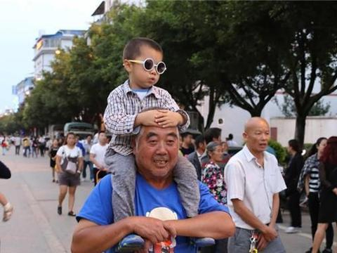 老人带孩子是喜是忧?家长做到这3点,隔代教育也能带好娃