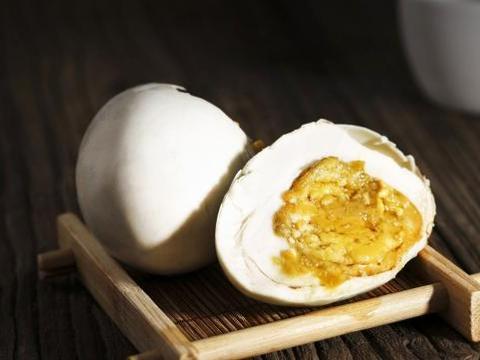 用白酒腌制过的咸鸭蛋吃起来更香,自己吃或送人都不错,含做法
