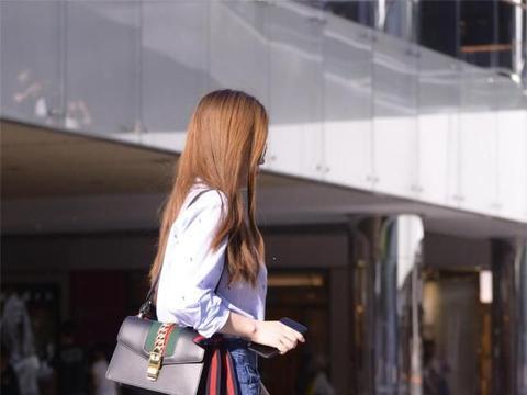 漂亮的牛仔短裙,搭配红色尖头细跟凉鞋,休闲搭配展现气质美