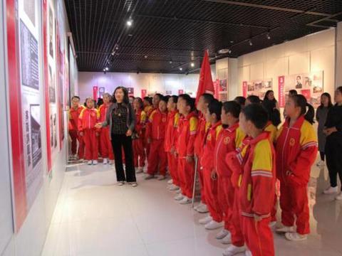"""""""青年毛泽东时代""""专题展览在石嘴山市博物馆对外展出"""
