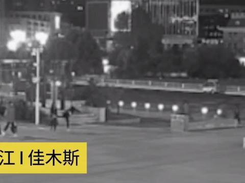 女友闹分手要找前任,男子不同意两人发生争执,并在广场上互殴