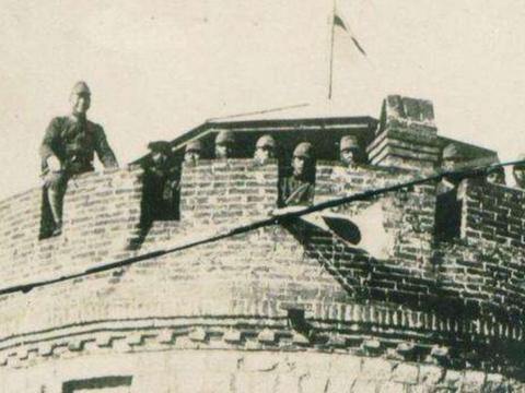 日本兵躲在炮楼里,我军久攻不下,一老农路过说:这还不容易!