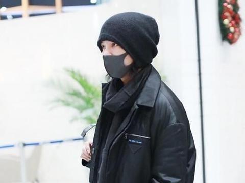 陈坤穿黑色大衣走机场,再系上黑色围巾,极简的颜色搭配好高级!