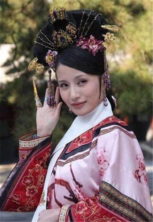 """清朝时,为何皇宫妃嫔的衣服上都有""""白领巾""""?具体是做啥用的?"""