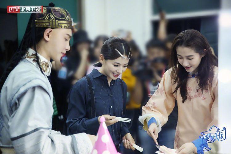 《遇见天坛》关晓彤穿粉色旗装庆22岁生日,却被刘涛清宫造型抢镜