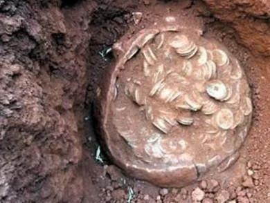 农村小伙地里发现大量奇怪钱币,众人看到后劝其千万不可以乱动!