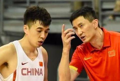中国篮球笑话!年薪700万前国手业余级失误,主帅场边看怒了