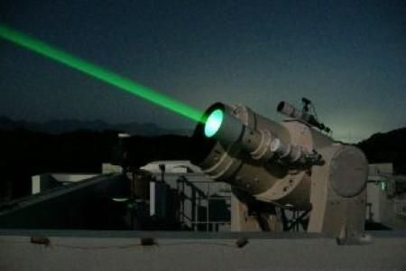 30千瓦激光武器可以在几秒之内将2英寸厚的钢板烧出洞来