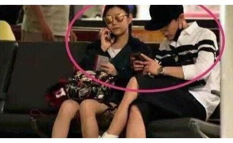 嫁对了就是爱情,陈晓陈妍希夫妇机场连体婴,小动作暴露婚姻现状