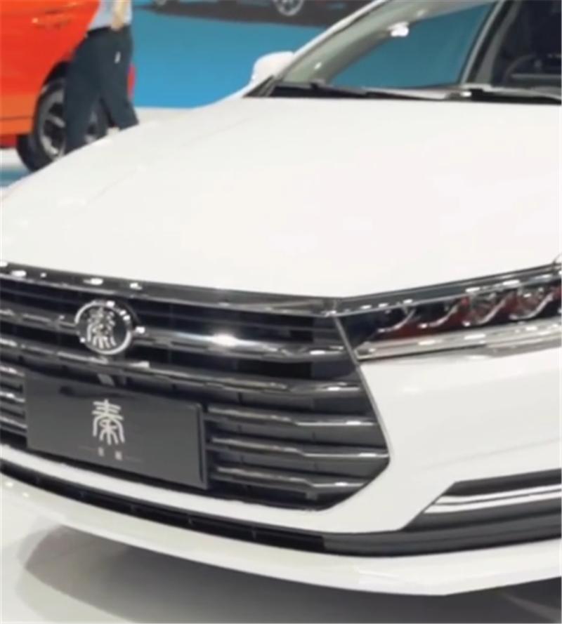 全新秦Pro燃油版,排量1.5L,配CVT,中控大屏可自适应旋转