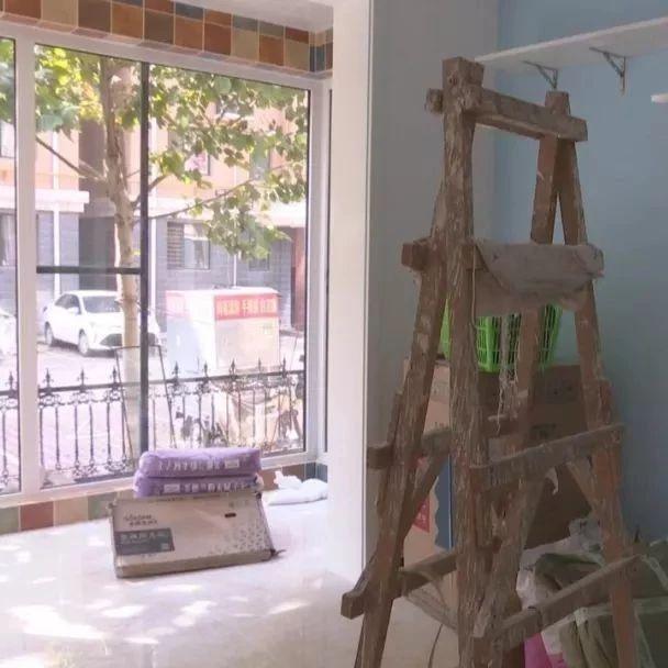 石家庄一市民新房装修完,验房时却傻眼了:整面墙的瓷砖全部松动了!