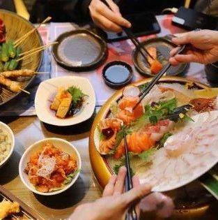 女子误将日料当成自助餐,十多个人吃完看到账单崩溃了…