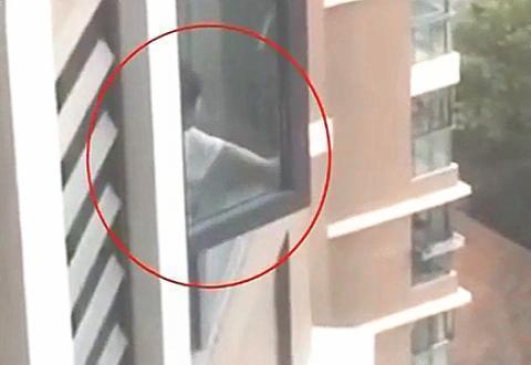 """女童18楼""""开窗""""找妈妈,民警赶来营救,妈妈:不要破坏门外挂锁"""