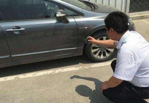 车停路边被刮擦,找不到肇事者怎么办?一定要报保险吗?