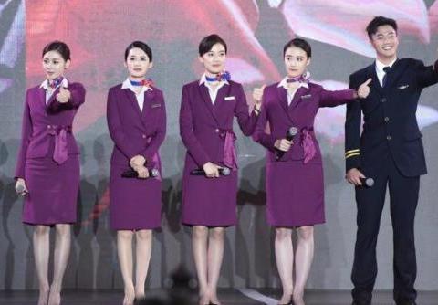 《中国机长》穿制服宣传,李沁张天爱同框比美,你更喜欢那个?