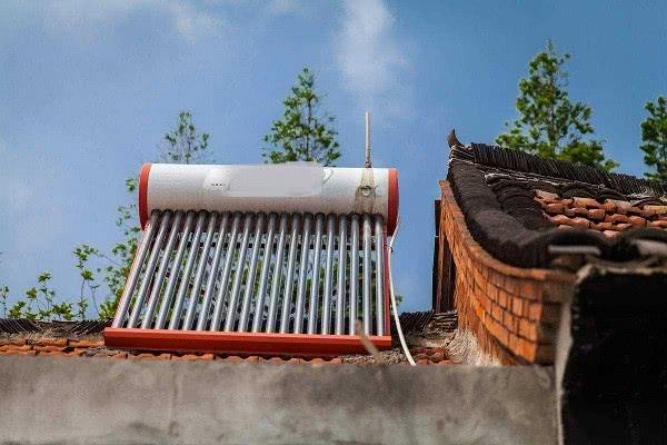 过去的农村,太阳能热水器是家家必备,如今却被拆下不用,咋回事