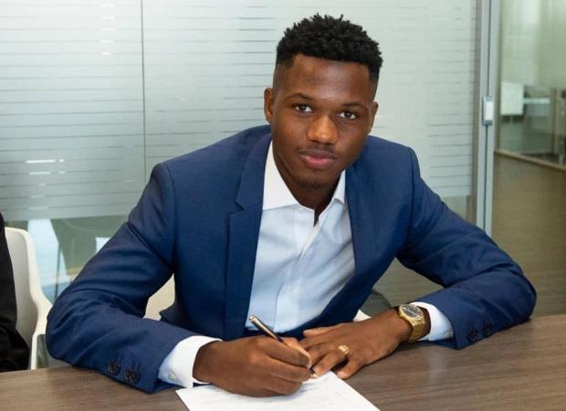西班牙足球也归化!巴萨16岁非洲小伙成功,中国足篮球加油