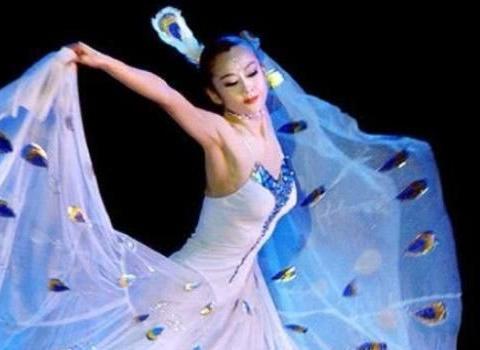 她以孔雀舞闻名世界,为舞蹈切肋骨不生育,今60岁因背影照再受关