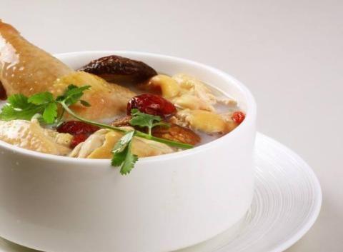 炖鸡汤时,别再焯水了,这样做才正确,鸡汤鲜美,营养不流失