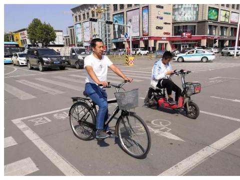迁安:非机动车前置等待区亮相城市街头