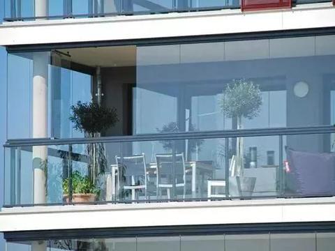 封阳台万万不要装传统玻璃窗了,有钱人都流行装这种,省钱又美观