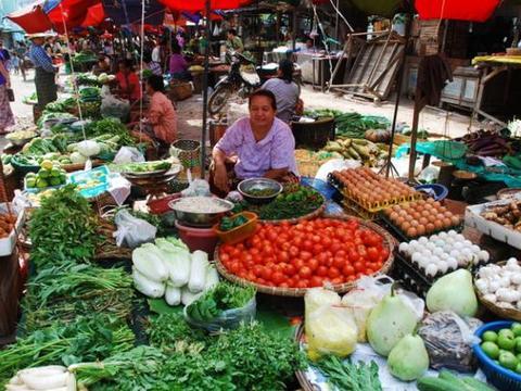 中国游客在缅甸,实拍缅甸小镇市场,看看缅甸女人如何卖菜?