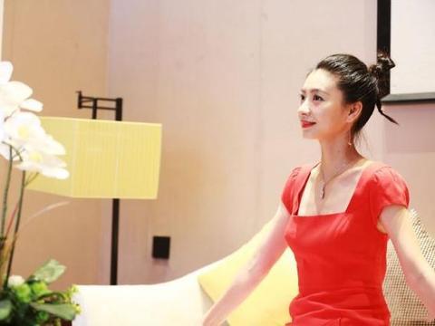 36岁沈眉庄斓曦终于高调一次,一袭红裙复古优雅,瘦了之后更美了