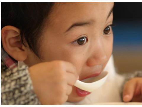 这4个现象告诉你孩子已经积食了!别再给孩子乱吃了,家长注意