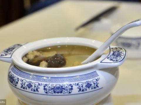 养生汤之人参鹌鹑汤,补中益气,是身虚体弱咳嗽哮喘者的滋补倩汤