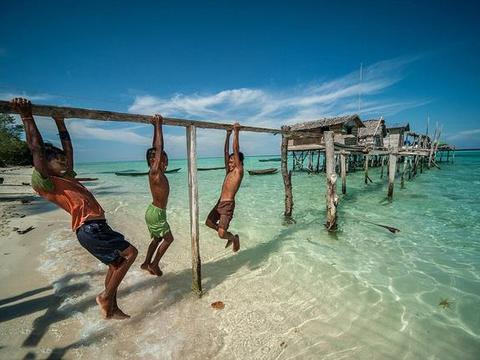 国外一个神奇的民族,可以在水里自由穿梭,上岸后还会头晕