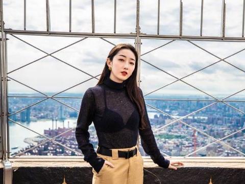 蒋梦婕衣品飙升,黑色透视上衣配高腰休闲裤,往那一站就是风景线