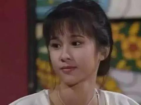 她天生娃娃脸,嫁入豪门后一度靠闺蜜佘诗曼救济,今42岁