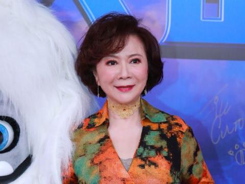58岁蔡明生图曝光,深V花裙大秀好身材,皮肤松弛暴露老态