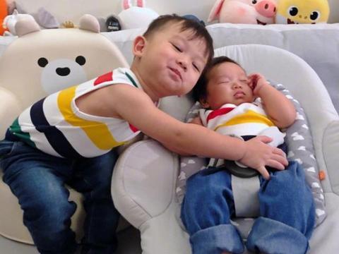 胡杏儿首晒两儿子正面照,颜值超软萌,哥哥温柔照顾弟弟互动温馨