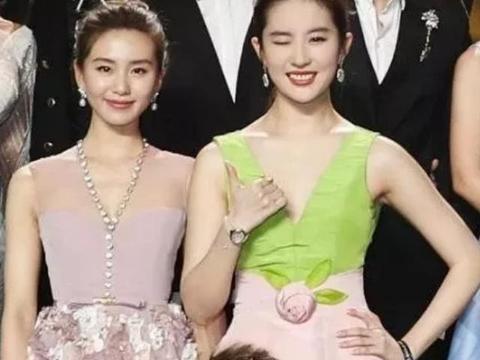 """刘亦菲是女星的""""合影杀手"""",唯独遇到她,只能乖乖当""""背景板"""""""