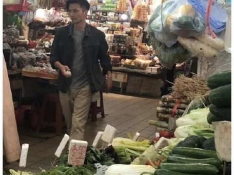 谢霆锋身穿牛仔外套现身菜市场 做家务的男人最帅