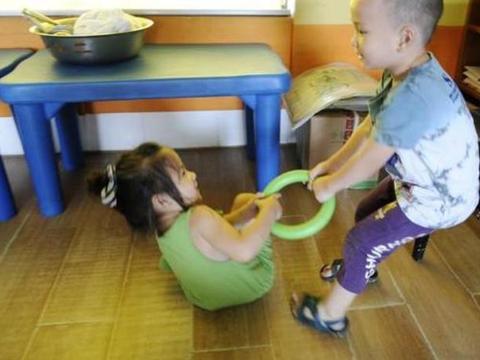 当妹妹弄坏姐姐玩具,两位妈妈的不同教育方法,影响孩子一生