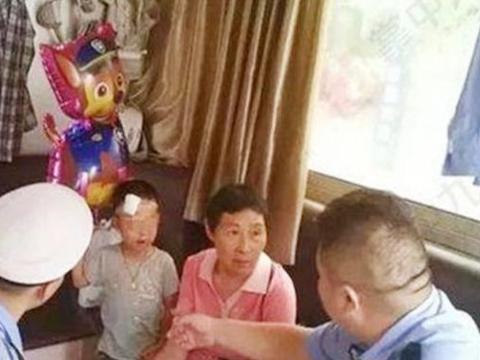 4岁男童被亲生父母遗弃在路边,爹妈的互相推脱,让孩子手足无措