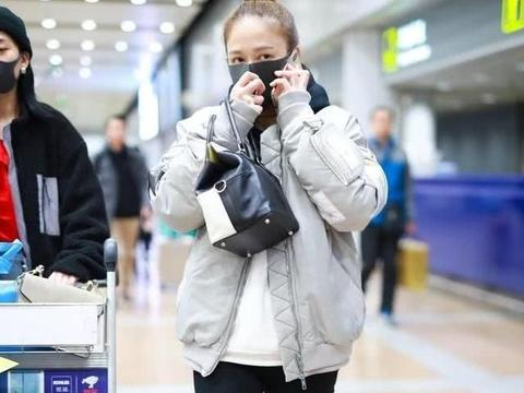 """陈乔恩素颜现身机场,推着婴儿车,车内的""""萌宝""""出人意料!"""