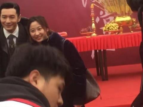 于正新戏《鬓边不是海棠红》开机!黄晓明现身满脸灿笑尽显好心情